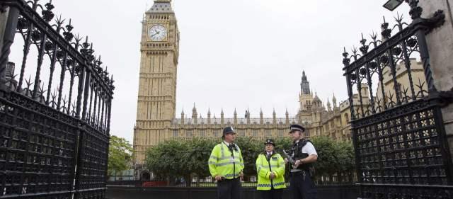 Gran Bretaña, un firme aliado de Estados Unidos, fue rápido para unirse a una acción militar en Afganistán e Irak hace una década. Pero los ciudadanos preocupados por otra guerra y el rechazo del Parlamento el año pasado a realizar ataques contra el Gobierno sirio llevaron a Cameron a ser cauteloso esta vez.