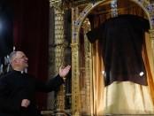 Esta túnica, originariamente de una sola pieza, corresponde a la descripción que se hace de ella en el Evangelio según san Juan (Jn 19, 23-24):