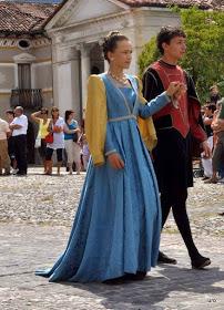 Cortejo Histórico em Feltre, Itália. Um casal jovem