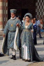 Cortejo histórico em Asti, Itália. Um casal