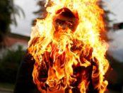 Un muñeco que representa a Nicolás Maduro, en llamas durante la celebración católica de la «quema de Judas» en Caracas - REUTERS