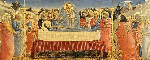 """Ese dogma era ardientemente deseado por las almas católicas del mundo entero, porque coloca a la Santísima Virgen completamente fuera de paralelo con cualquier otra mera criatura.  Se justifica así el culto de hiperdulía que la Iglesia le tributa. [""""hiperdulía"""" culto especial reservado a la Virgen Maria, superior a la """"dulía""""que se dedica a los santos y a los ángeles].  Nuestra Señora pasó por una muerte suavísima que es calificada con una propiedad de lenguaje muy bonita, como la """"dormición de Nuestra Señora"""".  """"Dormición"""" indica que Ella tuvo una muerte tan suave, tan próxima de la resurrección que, a pesar de ser una verdadera muerte, entre tanto más parecía un simple sueño.  Nuestra Señora después fue llamada a la vida por Dios, resucitó como Nuestro Señor Jesucristo.  Subió después a los cielos, en la presencia de todos los Apóstoles allí reunidos, y de una cantidad muy grande de fieles.  Esa Asunción representa una verdadera glorificación a los ojos de toda la humanidad hasta el fin del mundo. Es el preludio de la glorificación que Ella debería recibir en el Cielo.  Es interesante que hagamos une recomposición de lugar para imaginarnos cómo la Asunción sucedió. Acerca del hecho no existen descripciones y podemos imaginarlo como nuestra piedad gustaría.  En lo bajo, los Apóstoles todos arrodillados, rezando en un ambiente con algo de inefablemente noble, sublime, recogido, interior.  Podemos imaginar todos los Apóstoles con expresiones de personajes de Fra Angélico.  El cielo llenándose gradualmente de ángeles, a imagen de los ángeles de Fra Angélico también, tomando los coloridos más diversos, con matizaciones e irradiaciones magnificas, un espectáculo absolutamente incomparable."""