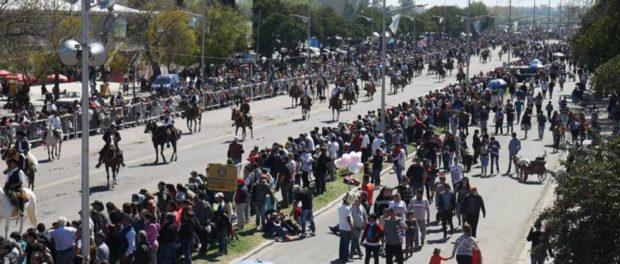 Los caballos y sus jinetes son los protagonistas de la peregrinación gaucha